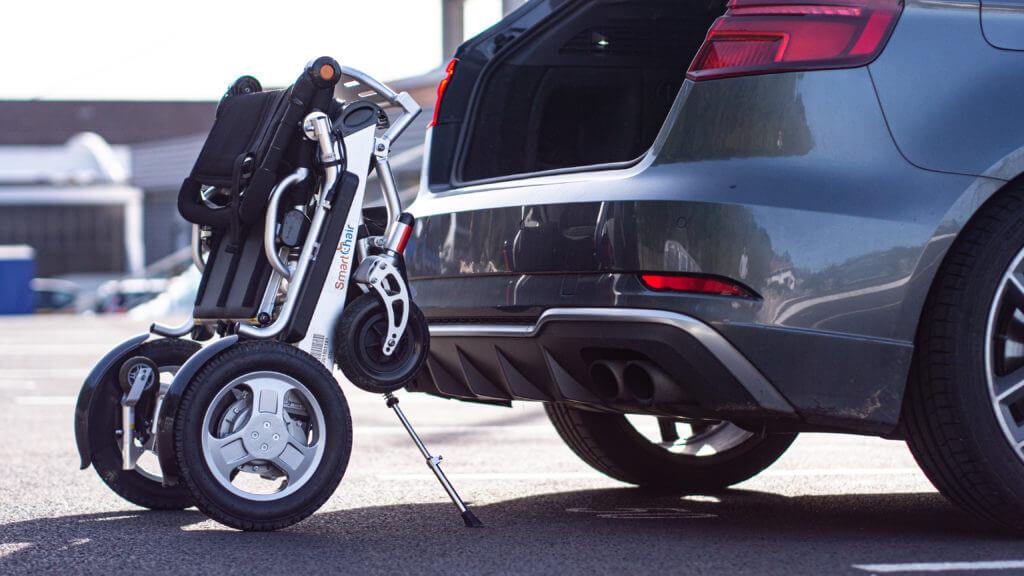 Le SmartChair CITY se plie pour être transporté en voiture facilement